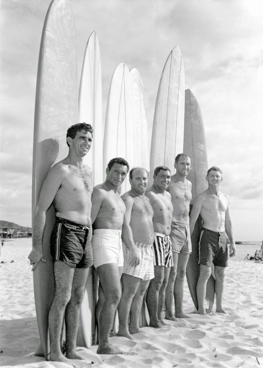 Esquerda para direita: George Downing, Rabbit Kekai, Conrad Canha, Jamma Kekai (irmão do Rabbit), Peter Cole e Wally Froiseth. Makaha International Surfing Championships 1960. Foto: Clarence Maki
